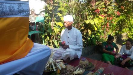 Upacara Piodalan Purnama Kapat di Kantor Perbekel Desa Menyali