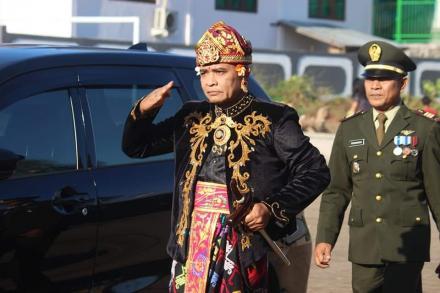 Dengan Busana Khas Bali, Bapak Camat Sawan Pimpin Upacara HUT RI ke 74