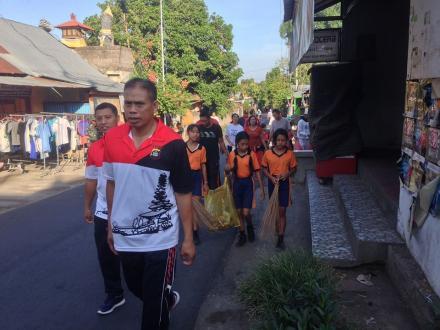 Gerakan Semesta Berencana Bali Resik Sampah Plastik di Desa Menyali