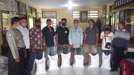 Pemkab Buleleng Memberikan Instentif Beras Kepada 40 Relawan Covid 19 Desa Menyali