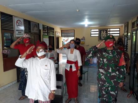Penghormatan Bendera Merah Putih di Kantor Perbekel Menyali